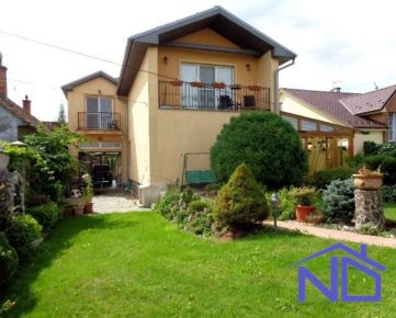 Predaj TROCH BYTOV v rámci rodinného domu, úžitková plocha - 380 m2, pozemok 977 m2