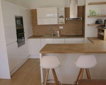 Ponúkame na prenájom zariadený 3 izbový byt v novostavbe s veľkou terasou a s parkovacím státím na ulici Ota Holúska v Záhorskej Bystrici.