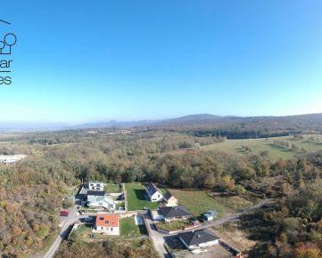 Slnečný stavebný pozemok s pekným výhľadom aj so stavebným povolením v tichej lokalite Jablonové!!!