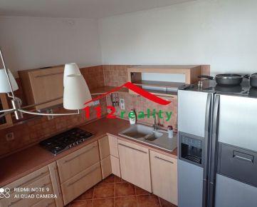 Na predaj  4 izbový zrekonštruovaný veľkometrážny byt s loggiou, pivnicou v blízkosti parku,  Petržalka, Vigľašská