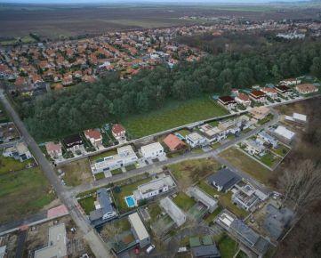 Pri Gaštanovej aleji, 851 01 Bratislava - Rusovce , Posledné 3 stavebné pozemky v lukratívnej štvrti na hranici lesa.