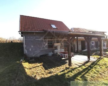 Novostavba s čiastočne zrekonštruovanou chalupou v slušnej obci na južnom Slovensku - Bátorová