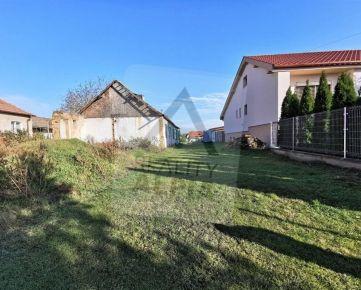 EXKLUZÍVNE - Pozemok so starším domom na PREDAJ v obci Veľký Kýr