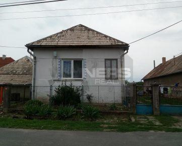 Ponúkame Vám exkluzívne na predaj starší rodinný dom v obci Sečianky v okrese Veľký Krtíš.