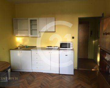 Na PREDAJ je GARSONKA v zateplenom bytovom dome na Chrenovej v Nitre.