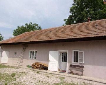 Na predaj čiastočne zrekonštruovaný rekreačný domček 110 m2, pozemok 900 m2, Velký Kýr, Nové Zámky. CENA: 47 000,00 EUR