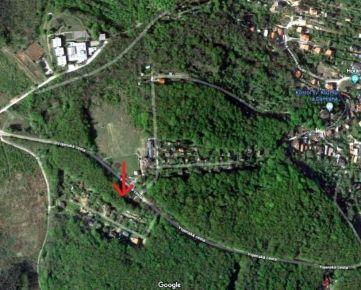 Ponúkame na predaj výnimočný  pozemok  v celkovej výmere 1462 m2 vo vynikajúcej tichej  lokalite v blízkosti lesa, Dúbravka, Plachého ulica.