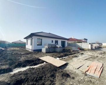 CENA VRÁTANIE ŠTANDARDU -  4 izbový rodinný dom s garážou a veľkým pozemkom 800m2, všetky IS, tiche prostredie