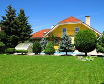 Príjemný samostatne stojaci rodinný dom 300 m2 s dvojgarážou na pozemku 966 m2 v Kvetoslavove