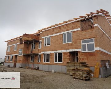 K&R CARPATIA-real * Nové bývanie * Vila dom Novostavba -1,5i byt + balkón 6 m2 - v štandarde a parkovacím státím v cene - Slovenský Grob