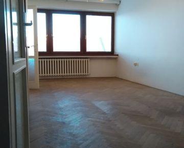 NA PREDAJ: Výnimočný, veľký 3-izbový byt priamo na pešej zóne v Trnave s balkónom!