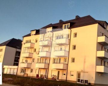 Kompletne zariadený 3 - izbový byt, 62m2, s krytým parkovacím miestom.