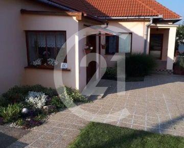 REZERVOVANÉ Útulný rodinný dom v tichej časti Komjatíc s pridanou hodnotou