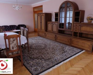 TRNAVA REALITY ponúka na predaj veľký priestranný poschodový 5-izbový rodinný dom v obci Voderady