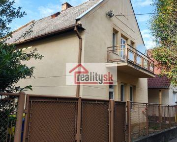 Ponúkame na predaj dvojpodlažný samostatne stojaci rodinný dom na tichej ulici v širšom centre Hlohovca