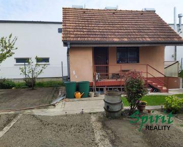 Ponúkame na PREDAJ pozemok zo záhradným domčekom v Podunajských Biskupiciach