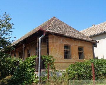 Gazdovský dvor s dvoma domami a veľkým pozemkom v pokojnej dedine blízko Lučenca.