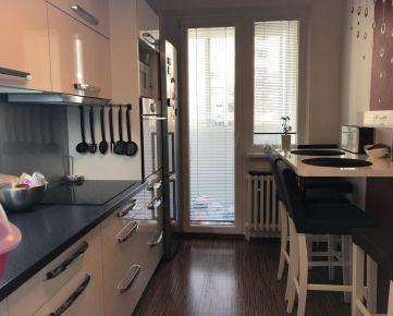 Prenajmeme pekný 3 izbový byt na ul. Majerníkovej s tromi neprechodnými izbami >> Byt sa prenajíma zariadený - okrem matracov k posteliam. >> Byt sa nachádza na 2. poschodí z 8. Podlahová plocha bytu