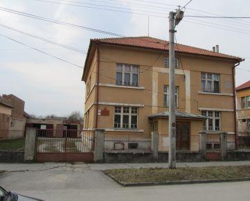 Mesto Tornaľa ponúka na predaj budovu bývalej detskej polikliniky s garážami.