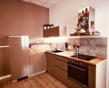 --PBS-- ++KAUCIU NETREBA++ Luxusný 2i byt s BALKÓNOM + parkovacie miesto, centrum mesta - Svatého pasáž++