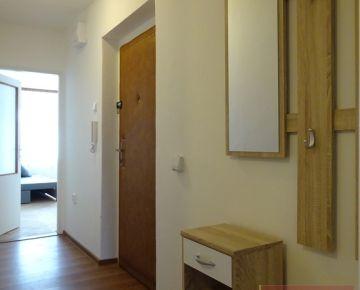 V centre mesta a predsa v tichom prostredí ponúkame na predaj zariadený ,čiastočne rekonštruovaný 2izbový tehlový byt s veľkou kuchyňou.