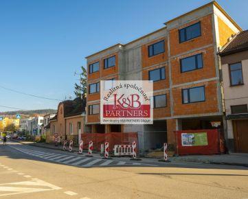 Ponúkame Vám na predaj exkluzívny 3i byt s balkónom a dvomi parkovacími miestami v polyfunkčnom dome Marmaris na Legionárskej ul. v Trenčíne.