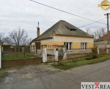 Na predaj rodinný dom z garážou, pozemok 1665 m2, Okoč