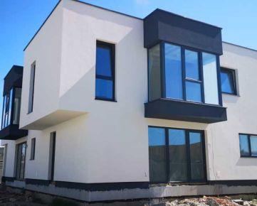 Ponúkame na predaj skolaudovaný priestranný 4-izbový mezonetový byt v rodinnom dome s terasou a  2 parkovacími miestami