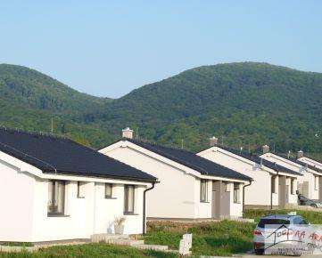 BÝVAJE S NAMI POD MALÝMI KARPATMI  na  Veľkom pozemku  nový, 4-izbový   bungalov na 9,46 á pozemku v Dolných Orešanoch. w06