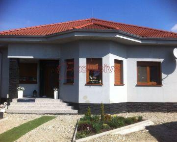 Rodinný dom a veľká garáž z ktorej môžete vytvoriť ďalší plnohodnotný dom v Rohovciach len 30 km od BA !!!
