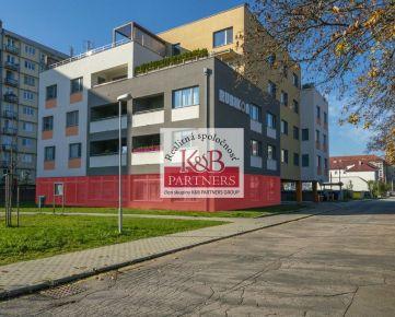 Ponúkame Vám na prenájom atraktívne obchodné priestory o výmere 250 m2 v pol. dome Rubikon na ul. 28. októbra v Trenčíne.