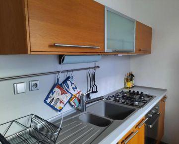 Zrekonštruovaný 2-izb. byt, vrátane spotrebičov, 63 m² (z toho 7 m² pivnica), zv. príz./7 p., alarm, vo vyhľadávanej lokalite Ružinova na Exnárovej ul. na Pošni / English text is inserted lower