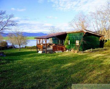 Slnečný pozemok s mobilným domom pri vodnej nádrži Lipovina