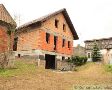 Priestranný dom neďaleko Smoleníc s rozľahlým pozemkom