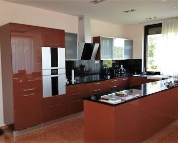 Ponúkame do prenájmu 5 izbový moderný čiastočne zariadený nadštandardný byt sdvoma parkovacími státiami na Lovinského ulici v Horskom parku.