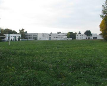 Predáme pozemok o výmere 7421m2 v Piešťanoch (ihrisko pri bývalom SOU vodohospodárskom)