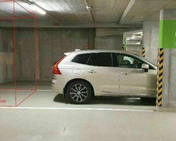 Parkovacie státie pre auto a vedľa aj motorku plus možnosť dobudovania skladu