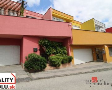 REZERVOVANÝ !!! 3 podlažný rodinný dom na predaj, na bývanie aj podnikanie v lukratívnej časti pod Bôrikom na Révovej ul.Bratislava I.