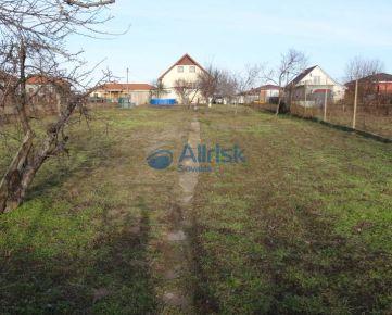 Pekný pozemok so starším domom v Močenku vhodný aj na podnikanie