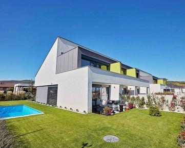 Moderný mezonetový byt v RD s vlastným pozemkom a bazénom