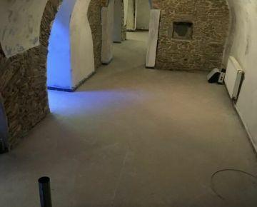 Nebyt. priestor 114 m2 na predaj/prenájom - Alžbetina ulica - suterén, vhodný: služby, bar.