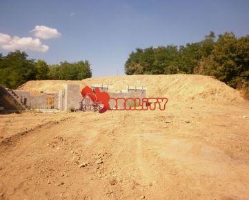 kunareality- Rozostavaný rodinný dom 160 m2, na pozemku 2995 m2, obec Bojničky