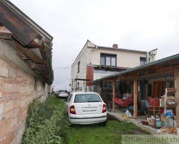 Dvojgeneračný rodinný dom so 14 árovým pozemkom s dvomi prístupmi v Čiližskej Radvani, 6 km od kúpeľov Veľký Meder