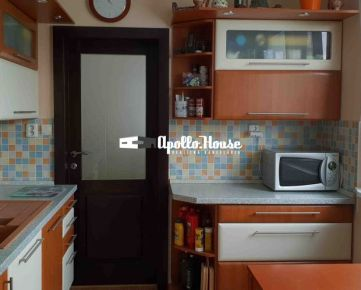 Exkluzívny 6 izbový byt s logiou na predaj v Dúbravke na Sekurisovej ulici.