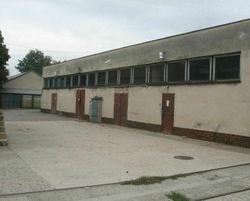 REZERVOVANÉ: Výrobné haly alebo dobre prístupný sklad s  výškou stropu 4 m na Bratislavskej ulici.