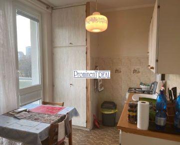 Predáme 4 izbový byt v Ružinove na Komárnickej ulici vo vyhľadávanej lokalite neďaleko parku.