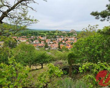 Slnečný záhradný pozemok s dvoma chatami a krásnym výhľadom na Devín