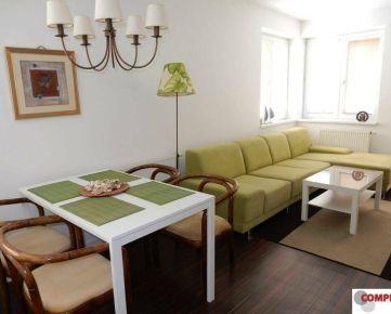 2 izb. byt zariadený s terasou, parkovaním a vstupom do záhrady