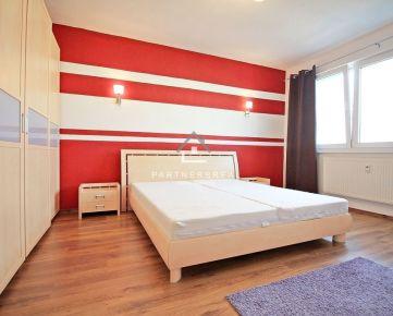 VEĽMI PEKNÝ 2-izb. byt (52 m2) s loggiou, zariadený  / Trieda SNP 61/A