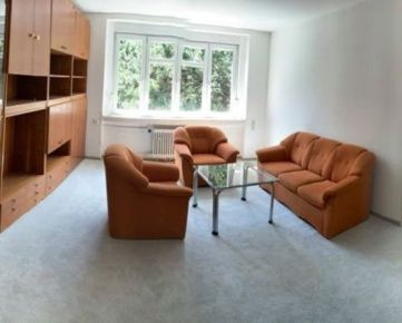 Prenajmeme krásny slnečný 4 izbový byt na 1. poschodí zo 6, na Chorvátskej ulici v  centre mesta,  s výťahom priamo . Dom je tehlový. Byt má 120 m 2, je veľmi dobre dispozične riešený, s  balkónom, s